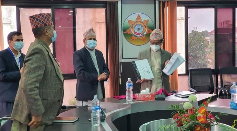राष्ट्रिय सतर्कता केन्द्रका श्रीमान सचिवज्यू दिनेशकुमार घिमिरे वाट राष्ट्रसेवकहरुको आ.व. २०७६/७७ को सम्पत्ती विवरण अ.दु.अ.आ.का माननिय प्रमुखआयुक्त ज्यू समक्ष पेश गर्दै